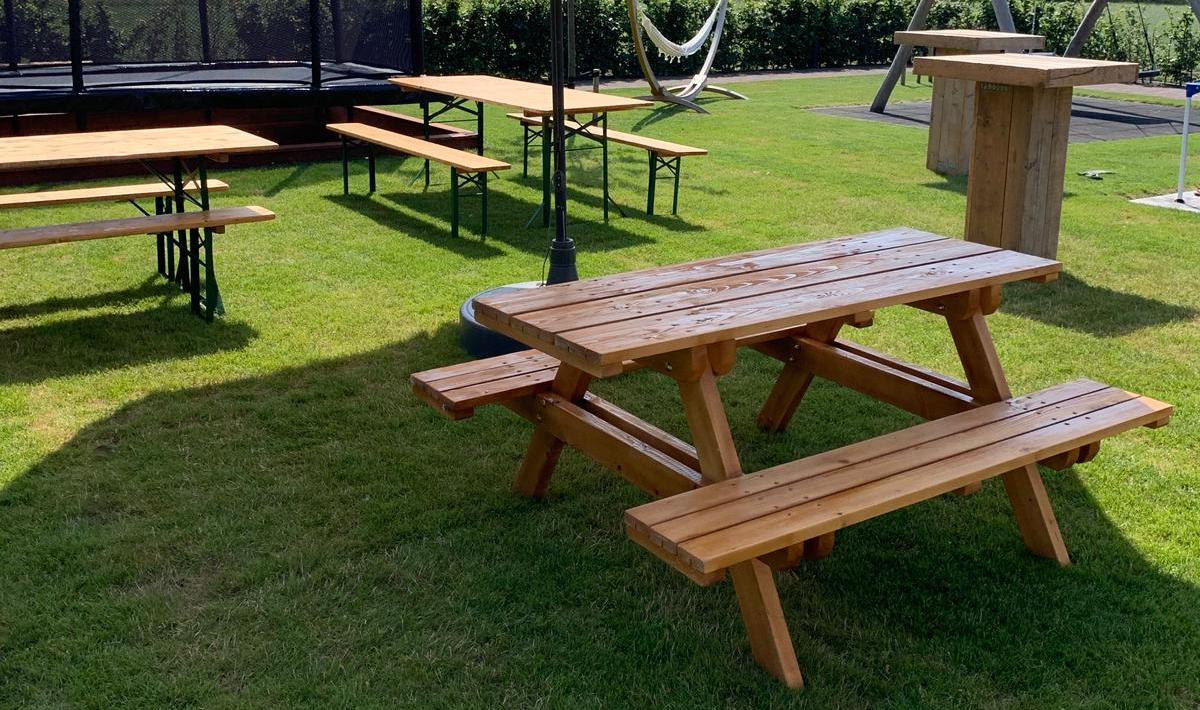 Picknickset en houten statafels